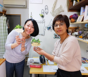 ハンドメイド作家が集う「M工房」オーナーの小泉美菜さん(右)、「カリグラフィー」教室の講師で同工房会員の岡田恵美子さんと、教室での作品を手に