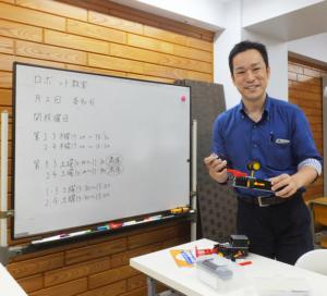 ひよし塾では、2011年から「ロボット教室」を開講している。少人数制のため、体験できる人数は2~3名に限られる。塾長の玉田久文さん(写真)自ら登壇することも