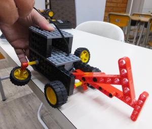 体験会で作る「クロールロボ」。夏らしく、水泳のクロール泳ぎをイメージしたロボット。重心がぶれないように組み立てるのがコツ。体験会は講師2~3人体制で臨むという