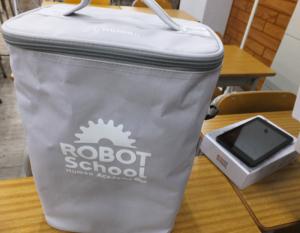 入会時に購入するロボットキット(左)。右のタブレットはミドルコース以上で、プログラミングを学ぶ際に使用。2020 年度から、すべての小学校においてプログラミング教育が必修化されることもあり、ロボット教室での学びにも注目が集まりそう