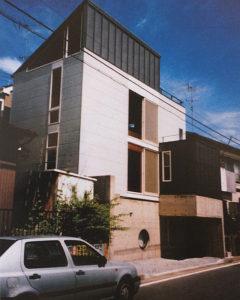 鈴木さん夫妻が自らデザインし、大倉山に建てた「S-HOUSE」。質素な家、普通の家を目指したという(鈴木智香子さん提供)