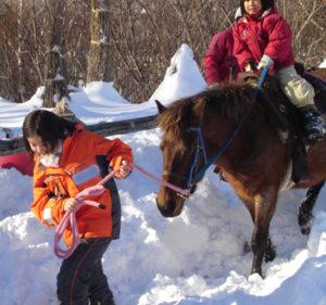 北海道札幌市での「旭山公園キッズ」の活動で地域活動と出会った鈴木さん。代表職を務め、北海道の大自然あふれる公園での「遊び」こそが子どもたちを大きく育むことを学んだという(鈴木智香子さん提供)