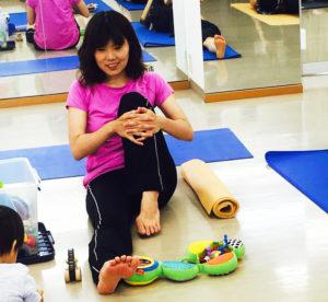 ヨガ講師の福井すぐりさんの講座は、赤ちゃん連れでもエクササイズに集中できると人気を博しているという(カルチャー日吉提供)