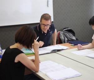 英会話部門ヘッドコーチのアンディー・フォックスさん。「避暑がてら、英語力アップにトライしてください」(同校)と体験も7月・8月限定で複数回受け付けている(カルチャー日吉提供)