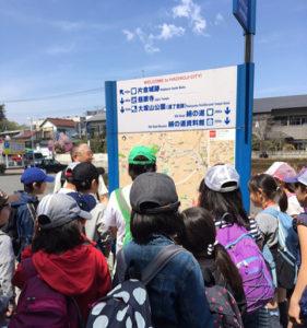 昨年(2017年)4月に行われた「片倉城跡公園」(東京都八王子市)フィールドワークの様子。社会科講師の石井覚さんが案内した(ひよし塾提供)