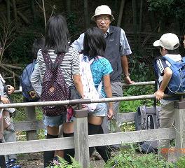 2012年5月、生田緑地にて柳原先生を囲んだフィールドワークを実施。リアルな学びを通じて、子どもたちの「主体性」「積極性」も伸ばしたいと塾長の玉田さん(ひよし塾提供)