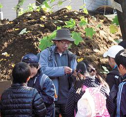 現在、名寄市立大学(北海道名寄市)准教授として教鞭をとる柳原高文(たかふみ)さん(中央)との出会いが、フィールドワークを開催・継続するきっかけとなった。2011年11月、小石川植物園でのフィールドワークの様子(ひよし塾提供)