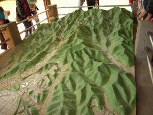 自然の地形を利用している「八王子城」の当時の様子をジオラマで学習。2014年5月訪問時に八王子市が運営するガイダンス施設で(ひよし塾提供)