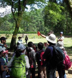 この日も石井先生のナビゲーションで城址を散策。歴史と自然を学べる貴重なスポットという(ひよし塾提供)