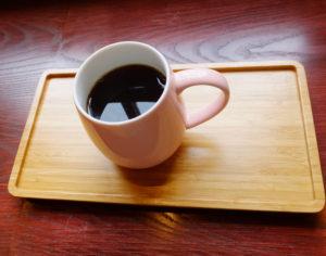 この日(取材日)のスペシャルティコーヒー(バッチブルー)はケニア産の豆を使用したもの。(税別460円)。「浅煎(い)りだと、産地や豆の風味を楽しんでいただきやすい」と、コーヒー本来の味を引き出す工夫もしているという