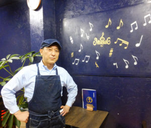 和風甘味・食事処「浜大」を経営する有限会社磯崎商店(同)代表の若宮博彦さん。自身生まれ育った四国地方の価格相場や、学生時代にも想いを馳せ、低価格路線でのメニューを提供してきた
