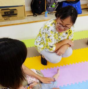 日吉地区の子育てボランティアをつなぐ「ポコ・ア・ポコ」の設立に参加した神島理惠子(かみしまりえこ)さん(右)は、現在NPO法人日吉子育て応援団の副理事長。今年(2018年)4月からは日吉台中学校の学校地域コーディネーターにも就任した