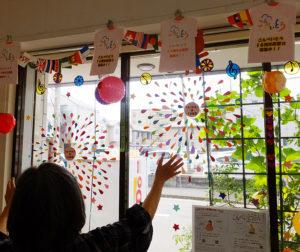 入口側のディスプレイは、職業体験に来ていた日吉台中学校の生徒がアレンジしてくれた。「無料で使える施設。子の入園前のママ友探しに、悩み相談などにもぜひ来場してもらえたら」と上久保さん