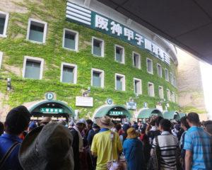 憧れの夢舞台・阪神甲子園球場は、史上最速とも言われる早朝5時50分の開門時間へ前倒しに。始発電車以前から、塾高OBや慶應関係者らが長蛇の列に加わっていました