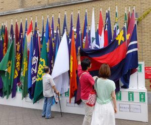 甲子園球場横の優勝校の「校旗」展示コーナーでは、普通部優勝の歴史を告げる「塾旗」を片手に記念撮影する人も
