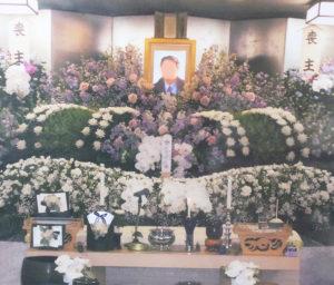 祭壇の一例。故人が望んだ見送りにこだわりたいとも語る「葬儀のりょうしん」代表の菅野信一さん。セレモニーで多く人がつながることもあるという(同店提供)