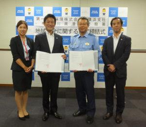 同社の支社長代理兼神奈川営業局部長の大内裕司さん(右)、菊名営業オフィスの大木香織さん(左)も協定締結式に出席。大木さんは港北警察署はじめ近郊エリアを担当してきた