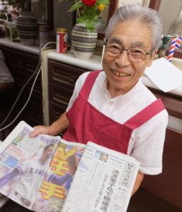秋田県出身の池田さん。ビジネスマンが注目の日本経済新聞のみならず、金足農業高校が活躍する甲子園の記事が掲載されたスポーツ新聞もチェック