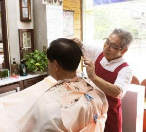 「池田理容室」の経営者で理容師の池田由蔵(よしぞう)さん。この道半世紀以上のキャリアから、元ビジネスマンらからの支持も厚い