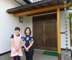 現在、青山園の園長を務める丸山雅枝さん(左)と、近藤副社長。「愛情を持って丁寧に語ること」を理念に、保育を行っている