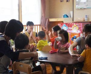 「幼いこどもたちにまず愛される経験を。自己肯定感は愛される経験が土台」との理念で保育を実践。保育士同士の会話も、子どもたちに与える影響が大きいという