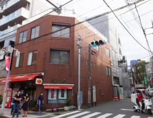 重田酒店(左)の裏手で建設中の重田ビル。ACTグループは、新ビル移転により経営資源の集中化もはかる(2018年9月23日)