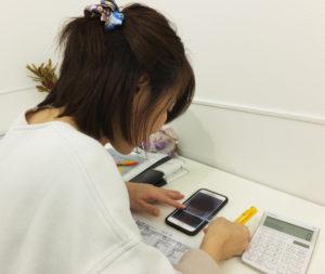 「顔タイプ」は、顔写真を撮影の後、定規、計算機を使用し診断