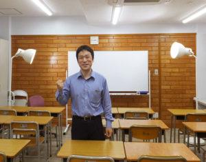 日吉駅から徒歩約3分、日吉中央通りにあるひよし塾塾長の玉田久文(ひさあき)さん。「リアルな相性を見極めて塾も学校も決めてもらいたい」との理念で、自ら教壇に立ち指導を続けている
