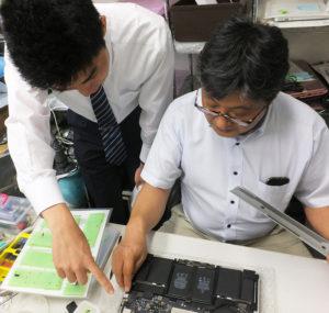 法人のパソコン修理にも対応している同社営業部サポート課の井上健司さん(右)。この道30年来のベテランとして活躍している