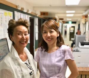 高松汀子(ていこ)社長(左)との、合唱団を通じた偶然のつながりから、2003年より講座を開講するに至る(カルチャー日吉提供)