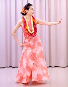 フラダンス教室の講師・清原智子さんのパフォーマンス(2016年6月の第5回文化祭、カルチャー日吉提供)