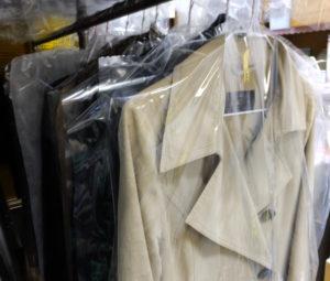 皮製品や着物、大型布団などの特殊品を除き、自社店舗内で洗浄を実施。長年の経験で、最適なしみ抜き方法や汚れおとしの判断を行っているという