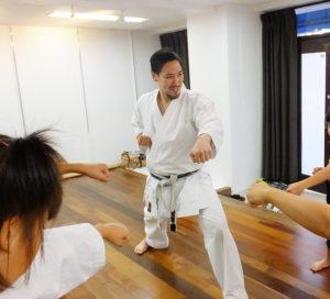 杉澤一郎さんは、日本国際空手協会(事務局:東京都練馬区)が主催する全日本空手道選手権大会で2009年から2011年まで3連覇を達成した経歴を持つ。「心と身体を育てる空手を指導したい」と、日吉と綱島で道場を営んでいる
