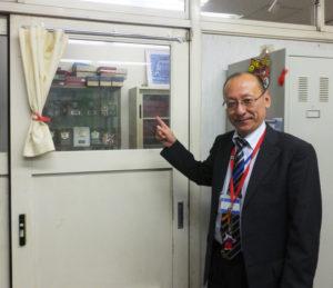日吉台中学校に赴任した際に、ドアの窓ガラスを透明に貼り替えた校長室。「生徒からも、教職員からも、見える存在として」の発案。地域との関係の構築はじめ、さまざまな学校改革にも日々取り組んできた