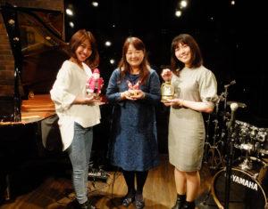 ワンダーウォール横浜にクリスマス・シーズンがやってくる!第9回目となる子ども・ファミリー世代向け「ジャズ・フォーキッズ」は、11月25日(日)の昼・夜に開催。ミュージカル女優の上森真琴さん(左)、飯塚朋子さん(右)が初デュオを結成。森華耀子(かよこ)さんの企画プロデュースで楽しめる