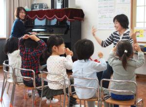 「未就園児 キッズポート」を担当する松下美也子さん(左奥)は、幼稚園での勤務経験を活かし、「豊かな心を育てる」教室を展開。遠足企画を行うことも(カルチャー日吉提供)