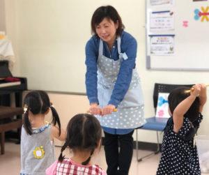 """""""自由あそびやリトミック、せいさくやおべんとう""""も体験できる「ママと離れて プレ幼稚園」の講師・宮代和美さん。リトミック指導の資格も取得するなど、集団でのリズム遊びを通じ、リズミカルな思考を育み、音・色・数字やかたちについての感覚を培(つちか)う教室運営を行っている(カルチャー日吉提供)"""