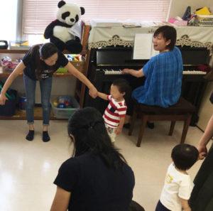 「にこにこリトミック」は1歳児から受講可能。親子で一緒に楽しむことができる(カルチャー日吉提供)