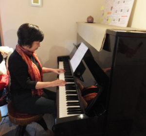 11月6日にはFMヨコハマの昼の番組「E-ne!〜good for you〜」のパーソナリティ・穂積ユタカさんが大倉山へ。ハッピーマザーミュージックが生演奏とともに紹介された(大倉山でのリハーサルの様子、ピアノ演奏は代表の鈴木美美子さん)