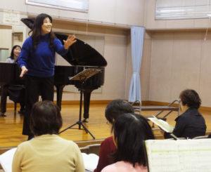 綱島地区センターでの練習の様子。幼少期から小学生時代を日吉で過ごした北澤幸(さち)さんが中心となり、「綱島第九」発足当初から、このイベントをより大きなものへと育ててきた。ピアノは大隝(おおしま)恵さん(2018年12月1日)