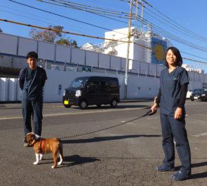 綱島街道前には駐車場スペースも用意。女医の勝村桃子さん(右)は、東京大学在学時のコース選択時に獣医になる決意を固めた。日吉や綱島の街のポテンシャルや、住まう人々のパワーに魅力を感じ、開業を決意したという
