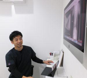 超音波を使用した画像診断には力を入れている。パソコンはMacを使用。「ガリレオのように」との理念で共鳴する二人の獣医師・鈴木さんと勝村さんの、これからの地域への情報発信にも注目が集まる