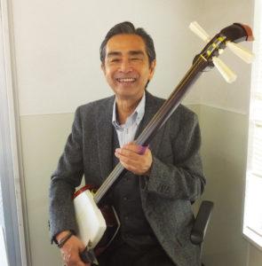 国際線の機長として勤務する傍(かたわ)ら、51歳の時に三味線を開始した。「三味線オリジナルの楽譜を使用するので、音楽未経験者でもトライ可能です」と小山さん