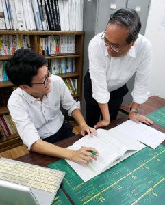 税理士法人青木会計代表で創業者の青木廣志(ひろし)さん(右)は、専門学校での指導を経て税理士に。同法人では、現在社員・スタッフを募集している(同税理士法人提供)