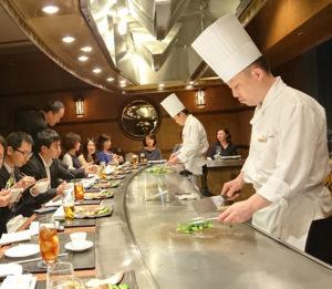 横浜ベイシェラトンホテル&タワーズでの2017年確定申告打ち上げ会。職員間の意思疎通を高めるため、福利厚生には力を注いでいる(同税理士法人提供)