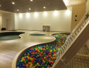 じゅうたん敷きだった4階の「多目的ルーム」は、ボールプールや絵本などもあり、家族連れが楽しく過ごせるフローリングの「ココランド」として新たに生まれ変わった