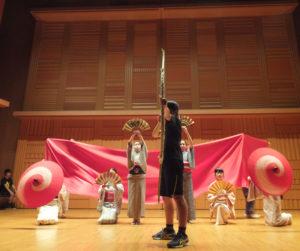 日吉台西中学校(日吉本町5)の演劇部による「平家物語」をテーマとした演劇や、昨年流行した「U.S.A」のダンスも披露。大きな拍手と歓声が寄せられていた