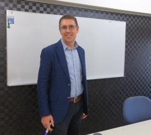 カルチャー日吉で2011年春から活躍しているネイティブ英語部門6名の講師のヘッドティーチャー・アンディフォックス(Andy Fox)さん。東日本大震災で多くの講師が帰国、紹介で同校に赴任することになったという