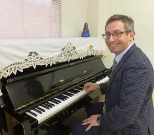 「英語でピアノ」「英語でオセロ」「英語でチェス」も担当するカナダ出身のコーリー・ストロハン(Cory Strohan)さん。親子向けコースも担当している