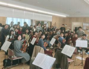 弦楽アンサンブルの練習の様子(同オーケストラ提供)